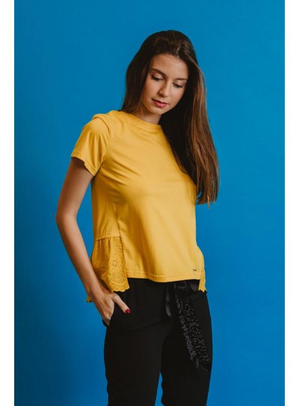 Koralline Camiseta ocre volante bordado