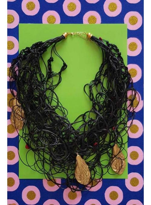 VOSSO Collar negro nudos conchas oro